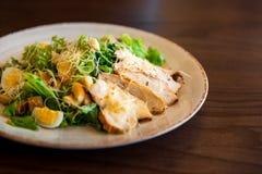Frischer Sommersalat Caesar mit Ei-, Kopfsalat-, Hühner- und Parmesankäseparmesankäse auf weißer Platte auf hölzernem Hintergrund Lizenzfreie Stockfotos