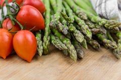 Frischer Spargel und Tomaten Stockfoto