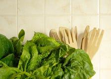 Frischer Spinat in der Küche stockfoto