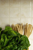 Frischer Spinat in der Küche Stockbilder