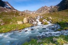 Frischer Strom im Fluss, der von den Gletschern herauf das Tal nahe huette Neue Regensburger, Alpen Stubai Tirol, Österreich komm lizenzfreies stockfoto