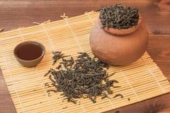 Frischer Tee mit einem Kessel und ein Topf mit Schalen Stockfotografie