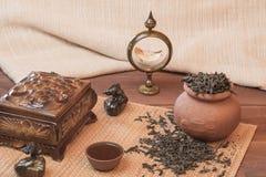 Frischer Tee mit einem Kessel und ein Topf mit Schalen Lizenzfreies Stockbild