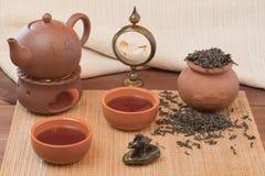 Frischer Tee mit einem Kessel und ein Topf mit Schalen Lizenzfreie Stockbilder