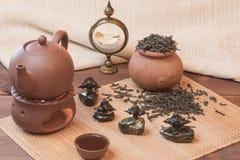 Frischer Tee mit einem Kessel und ein Topf mit Schalen Lizenzfreies Stockfoto