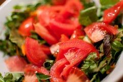 Frischer Tomate- und Kopfsalatsalat Lizenzfreie Stockfotos