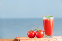 Frischer Tomatensaft eingestellt mit Dill Stockfotos