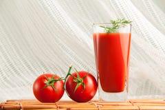 Frischer Tomatensaft eingestellt mit Dill stockbild