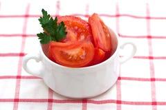 Frischer Tomatensalat in der weißen Schüssel Stockfotos