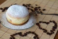 Frischer traditioneller Donut mit Puderzucker Stockfotos