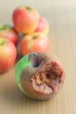 Frischer und fauler Apfel Stockfotos