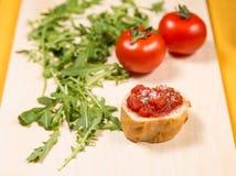 Frischer und gesunder Snack mit Brot und Tomaten Lizenzfreies Stockbild