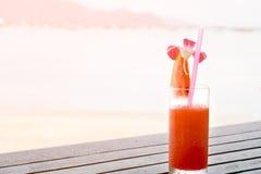 Frischer Wassermelonensaft, auf Tabelle nahe dem Strand mit Seeansicht, H Stockfotografie