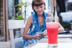 Frischer Wassermelonensaft mit Minze, Limonade Gesundes Getränk für Sommer mit Vitaminen, Klagen für Vegetarier Junge Frauen lizenzfreies stockfoto