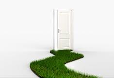 Frischer Weg des grünen Grases, der führt, um weiße Tür zu öffnen Stockbild
