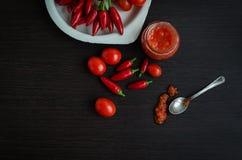 Frischer zerriebener roter Pfeffer und Paprika Adjika Stockfoto