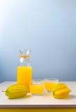 Frischer zusammengedrückter SternFruchtsaft auf dem Tisch Lizenzfreies Stockfoto