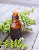 Frisches ätherisches Thymianöl in der Flasche Lizenzfreie Stockfotos