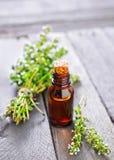 Frisches ätherisches Thymianöl in der Flasche Lizenzfreies Stockfoto