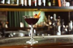 Frisches Alkoholiker Manhattan-Cocktail auf Barzähler stockbilder