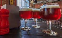 Frisches Bier am Lebensmittelgeschäft Lizenzfreie Stockbilder