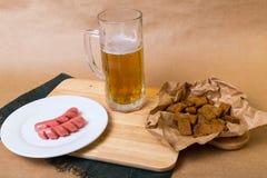 Frisches Bier mit Brottoast Stockfoto