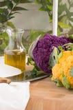 Frisches Blumenkohl-Purpurrotes und Gold des vertikalen Gartens Stockfotos