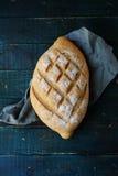 Frisches Brot auf Brettern lizenzfreie stockbilder
