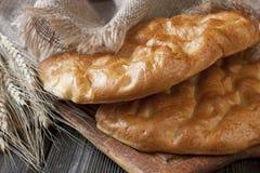 Frisches Brot auf dem hölzernen Hintergrund Lizenzfreies Stockfoto
