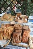 Frisches Brot auf einem Markt in B?doin, Frankreich Stockbild