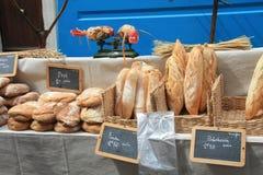 Frisches Brot auf einem Markt in Bedoin, Frankreich Stockbilder