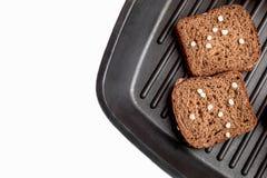Frisches Brot auf einer Platte lizenzfreie stockfotos