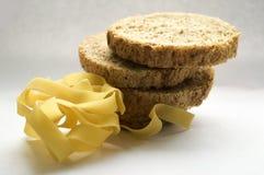 Frisches Brot auf einer weißen Serviettenpyramideneignung, die Zahl goldenes braunes sandwi Leichtgewichtler des Roggenmehl-Gesch Stockbild