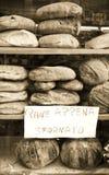 Frisches Brot in einer Fensteranzeige in Italien Lizenzfreie Stockfotografie