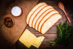 Frisches Brot, Käse und Fenchel auf einem Holztisch Stockfoto