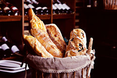 Frisches Brot im Korb Lizenzfreie Stockbilder