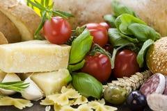 Frisches Brot, Kräuter und Gemüse Stockfotografie