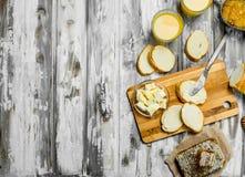 Frisches Brot mit Butter und Orangensaft stockfoto