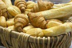 Frisches Brot und ein Gebäck Lizenzfreie Stockfotos