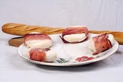 Frisches chese und Stangenbrot auf Anzeige Lizenzfreies Stockbild