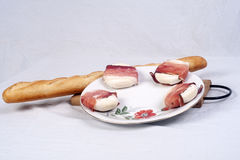 Frisches chese und Stangenbrot auf Anzeige Stockbild