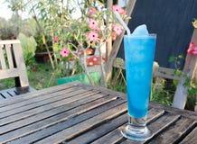 Frisches Cocktail mit dem Blau gesetzt auf einen Holztisch stockfotografie