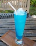 Frisches Cocktail mit dem Blau gesetzt auf einen Holztisch stockbild