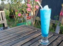 Frisches Cocktail mit dem Blau gesetzt auf einen Holztisch stockbilder