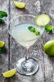 Frisches Cocktail mit Minze und Kalk im Glas auf hölzernem Hintergrund Lizenzfreie Stockfotografie