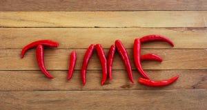 Frisches corlor rote Pfeffer vereinbart als die Wortzeit Stockfotografie