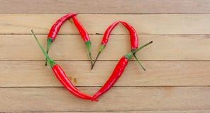 Frisches corlor rote Pfeffer wurden in einer Herzform vereinbart Stockfotos