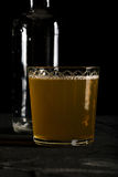 Frisches dunkles Foto des Ingwerbieres auf schwarzer Hintergrundnahaufnahme Lizenzfreies Stockfoto