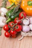Frisches farbiges Gemüse der Gruppe auf hölzernem Stockfotos