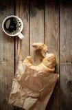 Frisches flockiges Hörnchen mit Espressokaffee Stockfotos